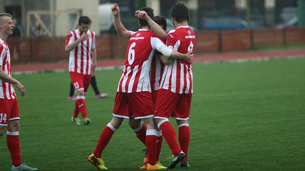 Fotbalisté Hulína (v červenobílém) porazili ve 24. kole MSFL doma HFK Olomouc 3:1.