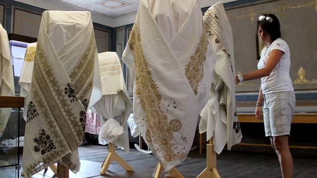 V Záhlinickém muzeu vystavují originální vyšívané úvodnice.