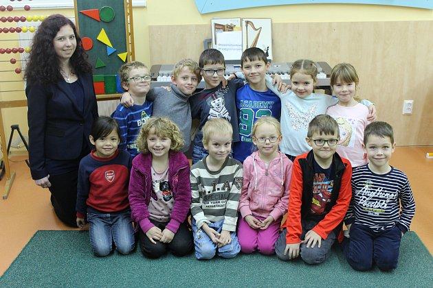 Snímky dětí zletošní první třídy Základní školy vRatajích střídní učitelkou Mgr. Marií Scheichenost