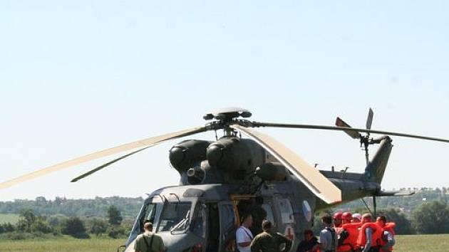 FOLKLOR I VRTULNÍK. V neděli se na Hanáckých slavnostech představí vojenská technika včetně vrtulníku.