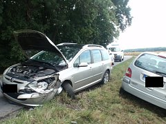 Dvě auta skončila v lesíku u Chropyně