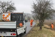 Silničáři ořezali větve stromů