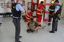 Cílem cvičení bylo prověřit koordinaci mezi jednotlivými složkami IZS při zásahu proti aktivnímu střelci podobnému tragickému případu v Uherském Brodě.