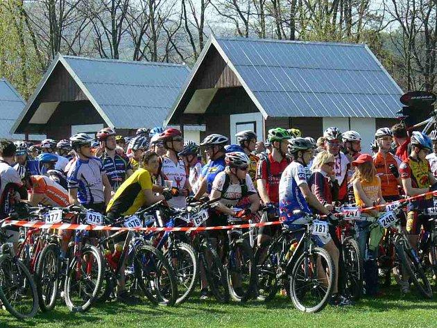 Na sedm set cyklistů vyrazilo na horských kolech na pátý ročník chřibského maratonu.