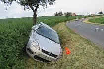 Mezi obcemi Zdounky a Šelešovice havaroval v úterý 24. května ráno pětadvacetiletý řidič osobního auta Ford Focus.