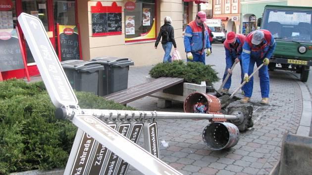 Staré orientační směrovky v Kroměříži vytrhávají dělníci. Připravují i základy pro nové, které se ve městě ocitnou počátkem dubna.
