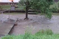 V Lubné museli vyhlásit třetí povodňový stupeň na potoku Trňák. Voda vytopila částečně dva objekty.