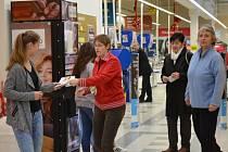 Také v Holešově se předposlední listopadový víkend lidé připojili k Národní potravinové sbírce. Letáky s informacemi rozdávaly přímo na místě studentky tamní policejní školy.