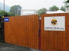 Po roce od metanolové aféry, se kterou byla od samého počátku Likérka Drak spojována, je její provoz zřejmě pozastaven.
