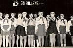 1977. Fotografie ze sedmdesátých let zachycuje skupinu chvalčovských dětí – žáků třetí třídy při skládání pionýrských slibů. Poté, co slíbili, že se budou dobře učit, aby se stali dobrými budovateli vlasti, dostali své první pionýrské šátky.