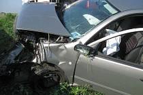 Do betonového mostku v neděli o půl třetí čelně narazil vůz, ve kterém seděl starší pár. K nehodě došlo u nově budovaného úseku dálničního přivaděče u Pravčic.