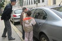děti ze školní družiny základní školy Komenského kontrolovaly s policisty auta na parkovištích