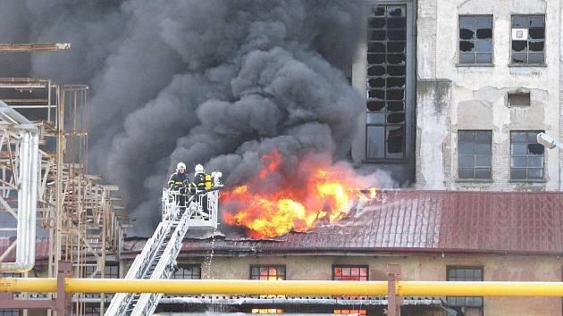 Požár továrny na plasty v Chropyni. Ilustrační foto.