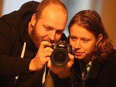 Vlevo kameraman Michal Bouška, vpravo režisér Jirka Horenský.