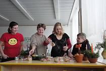 Dřevěnou vlakovou soupravu zakoupily pracovnice kroměřížského Mateřského centra Klubíčko za peníze z výtěžku z dobročinného jarmarku. Ten se konal po celý tento týden přímo ve zmíněném zařízení.