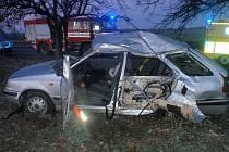 Zraněného z auta museli vyprostit hasiči