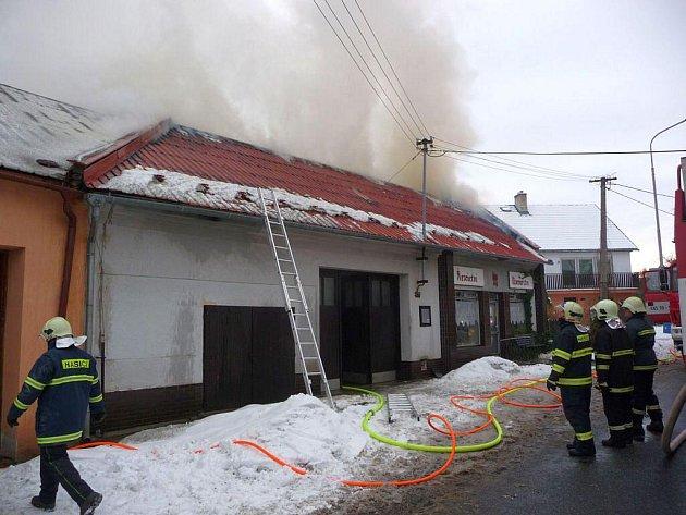 Požár střechy rodinného domu v Kvasicích.
