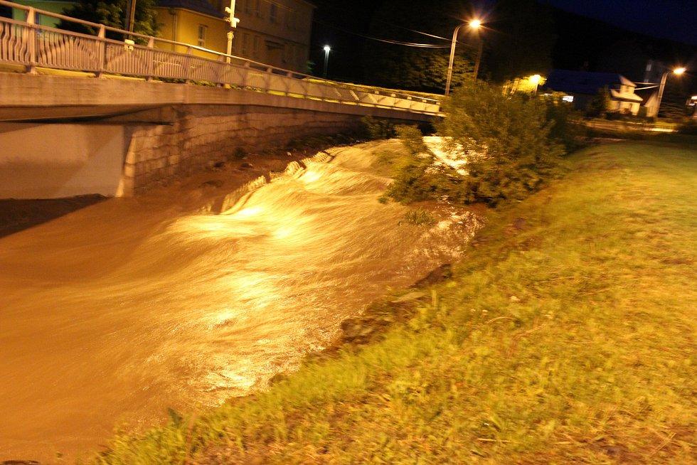 Voda pomalu ustupuje a vrací se zpět do koryta. Obyvatelé Rajnochovic však ještě nemají vyhráno. V tuto chvíli stále prší. Cesta z Rajnochovic na Troják, stejně jako opačným směrem, je až do ranních hodin uzavřená.