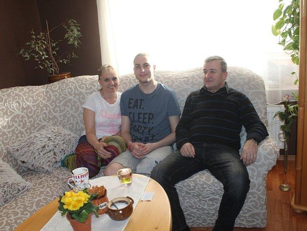 Devatenáctiletý Ondra z Kostelan bojuje s těžkou formou rakoviny: po amputaci nohy jej čeká další složitá léčba, obec mu proto zřídila konto, na které mohou lidé přispět.