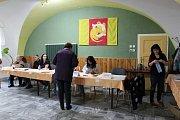 Také na Kroměřížsku začaly v pátek 20. října volby do Poslanecké sněmovny. Na snímku volební místnost v Chropyni, kde letos radnice zároveň s volbami vypsala také místní referendum kvůli těžbě štěrkopísku.