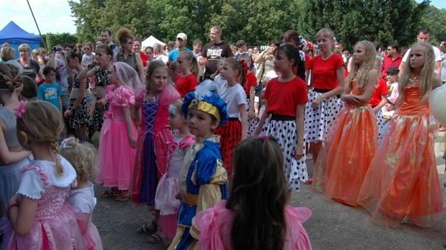 V zahradě holešovského zámku se v neděli odpoledne konal Ples princezny Fitněnky.