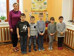 Tablo dětí z letošní první třídy Základní školy Roštín s paní ředitelkou Mgr. Jaroslavou Plachou