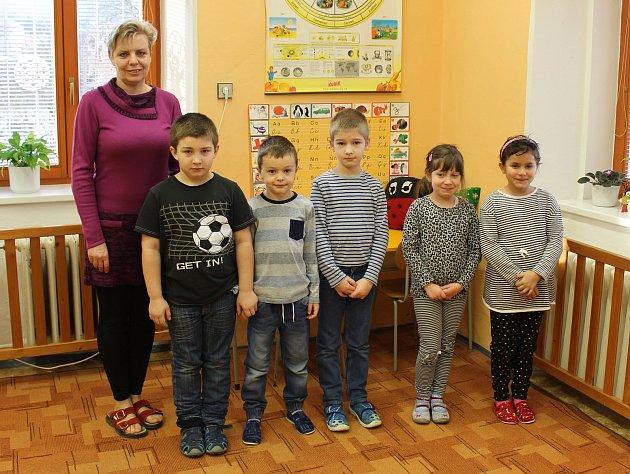 Tablo dětí zletošní první třídy Základní školy Roštín spaní ředitelkou Mgr. Jaroslavou Plachou