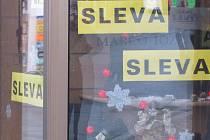 Obchody zaplavily povánoční výprodeje. Slevy dosahují až sedmdesáti procent.