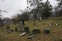 Neznámý vandal poničil na hřbitově v Koryčanech třicet náhrobků.
