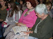 Šestici známých koled, v rámci akce Česko zpívá koledy, si lidé společně se sborem zazpívali ve středu 9. prosince také v Domově pro seniory U Moravy v Kroměříži.