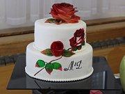 Na kroměřížské Střední škole hotelové a služeb se v uplynulých dnech o Moravský pohár utkali mladí cukráři. Ti měli vyrobit svatební dort, dezerty a skulpturu na téma svatba v přírodě.
