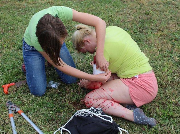 Studenti Tauferovy střední odborné školy veterinární si předposlední den školy vyzkoušeli, jak by obstáli při poskytování první pomoci raněnému.