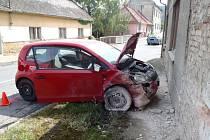 V Koryčanech bourala škodovka, řidič narazil do domu