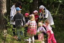 Do lesa Boří se vrátily pohádkové postavičky už po pětatřicáté. Děti v Divokách mohly potkat Rumcajse, Krakonoše nebo třeba Motýla Emanuela i s Makovou panenkou. Představilo se na čtyřicet pohádek.