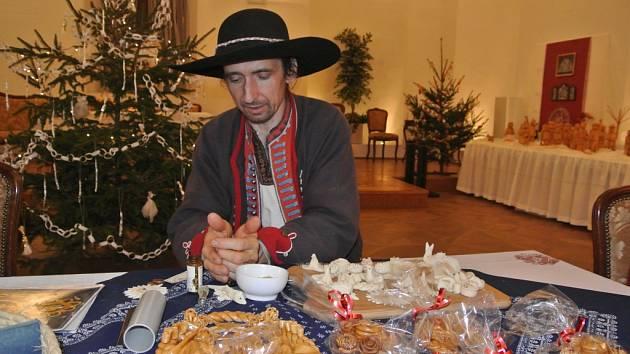 Petr Hába, který patří mezi poslední výrobce tradičního vizovického pečiva, předvedl své umění v rámci výstavy betlémů na holešovském zámku.