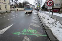 Na přechodu v ulici Kotojedská přehlédl řidič autobusu chodkyni a narazil do ní. Žena je s vážným zraněním v nemocnici.