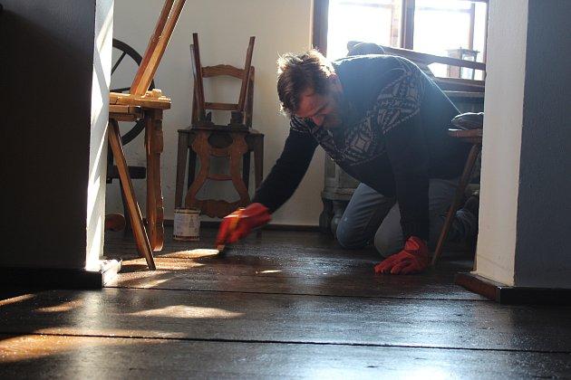 Součástí letošních oprav holešovské Zámecké kovárny jsou restaurátorské práce zaměřené na podlahy, dveře a zárubně.