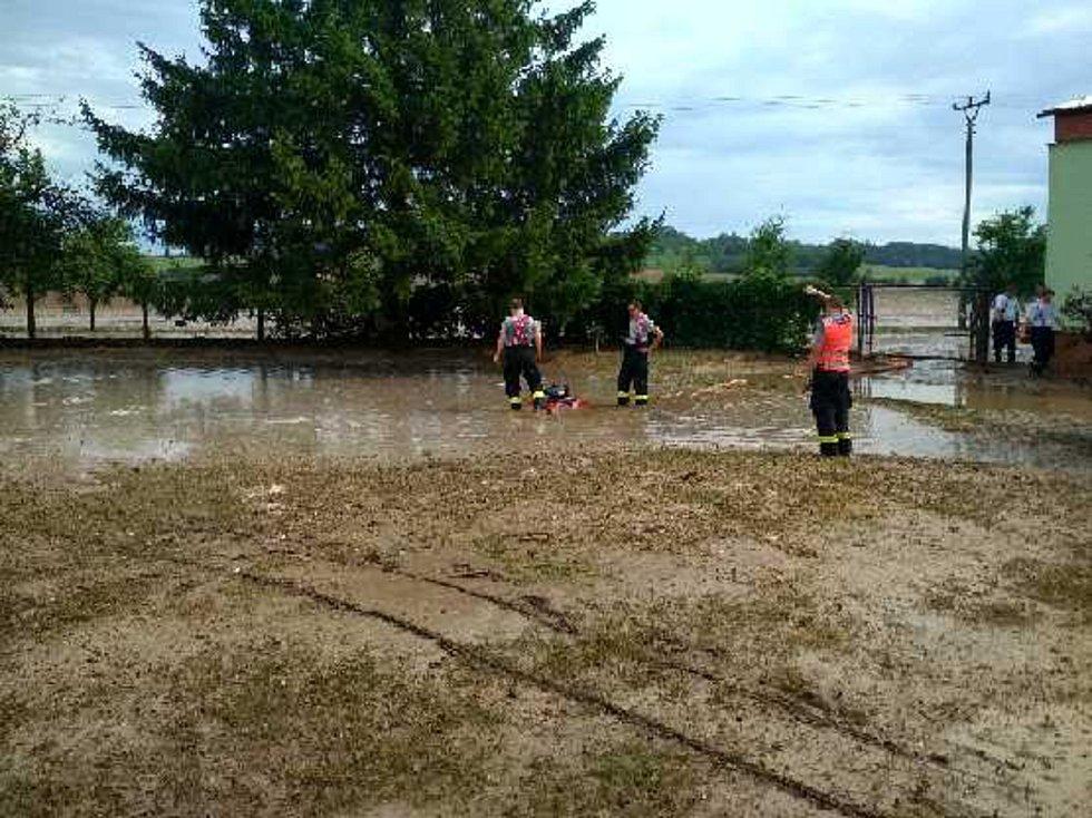 Bahno a voda z polí ohrozily rodinné domy v Ludslavicích.