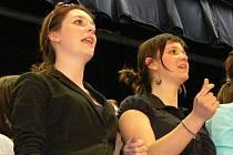 V kroměřížském Domě kultury se ve středu 30. března 2011 konala členská výroční schůze Centra pro seniory Zachar Kroměříž. O zpestření programu se postaral pěvecký sbor gymnázia v Kroměříži.