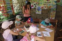 K zajímavé tradici se v sobotu připojili na hradě Lukov děti z holešovského volnočasového střediska Tymy.