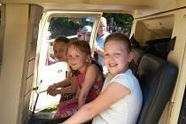 Vrtulník, který v přílepském parku přistál ve čtvrtek 15. června, byl pro děti překvapením, které zařídil tamní starosta Rudolf Solař.