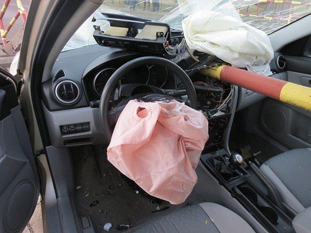 V neděli 5. března kolem sedmé hodiny ráno narazil řidič Mazdy 3 do zábradlí mostku v Záříčí.