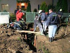 Hasiči a zdravotníci bojovali o život zavaleného muže desítky minut.