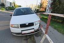 Čtyřiapadesátiletý řidič Škody Fabia přejel ve středu v Kroměříži do protisměru a následně až na vyvýšený chodník, kde narazil do kovového zábradlí.