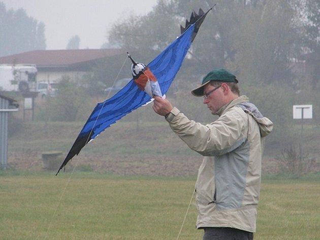 V sobotu 10. října 2009 uspořádal Aeroklub Kroměříž ve spolupráci s občanským sdružením Jaspis na letišti v Kroměříži drakiádu. Akci v den konání oficiálně zrušili kvůli špatnému počasí, lidé to však nevěděli a pár jich proto stejně draky pouštět přišlo