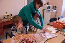 V předvánoční šicí dílničce v Kroměříži si maminky s dětmi krátili dlouhou chvíli. Šili se polštářky, myšky, ale i mikulášské punčochy. Inspiraci na netradiční aktivitu ocenily hlavně maminky.