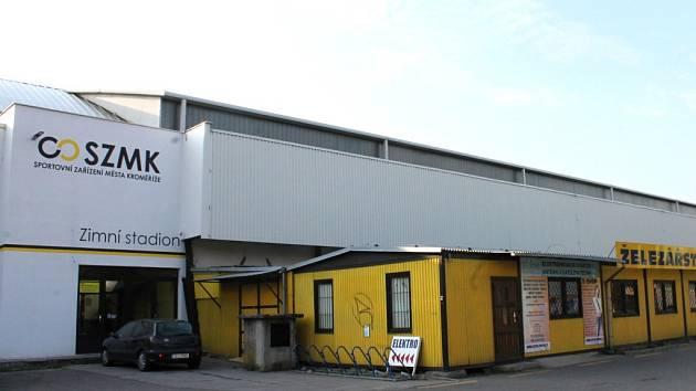Zimní stadion v Kroměříži se po třiceti letech dočkal opravy kopilitové stěny. Staré panely nahradilo plechové krytí.
