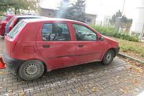 Svědky nehody, při níž v pátek 23. října neznámý řidič poškodil u kroměřížské nemocnice cizí zaparkované auto, hledají tamní dopravní policisté.