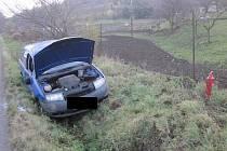 Řidička skončila u Prusinovic s autem v přikopu