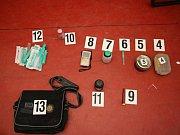 V úspěšný zátah proti distributorům drog se minulý týden změnila policejní akce v Holešově. Když členové zlínského eskortního oddělení vyjeli zatknout muže, na kterého vydal soud zatykač kvůli podvodu, našli v jeho bytě pervitinovou varnu.
